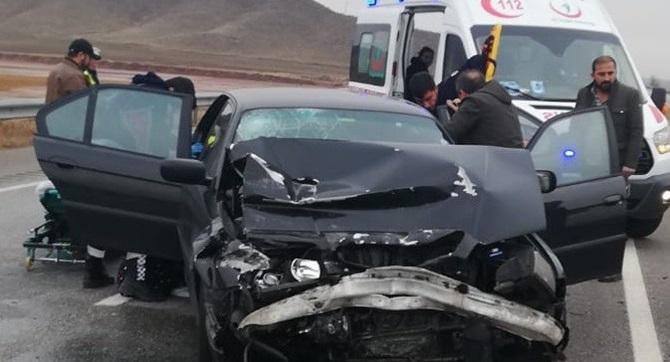 Otomobil TIR'a Arkadan Çarptı: 2 Yaralı