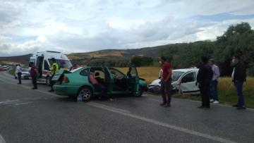 Otomobil ve Kamyonet Çarpıştı: 6 Yaralı