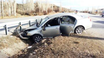 Otomobil Orta Refüje Çarptı: 2 Yaralı