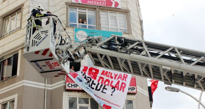 CHP' nin O Pankartı İndirildi