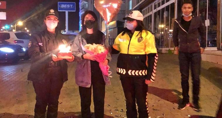 Polis Ekipleri, Genç Kıza Sürpriz Yaptı