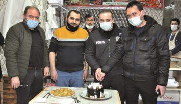 Kavga İhbarına Gelen Polislere Pastalı Kutlama