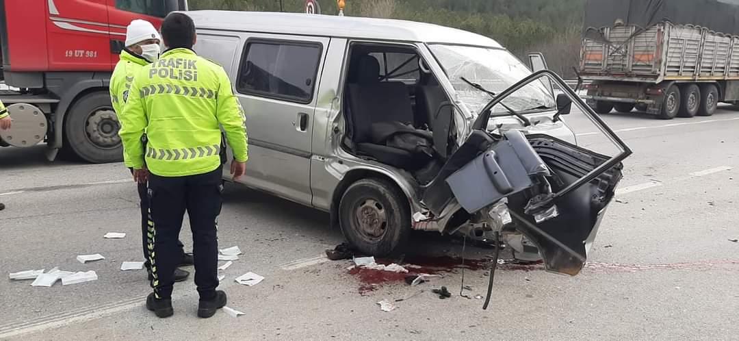 Jeeple Ticari Araç Çarpıştı: 4 Yaralı