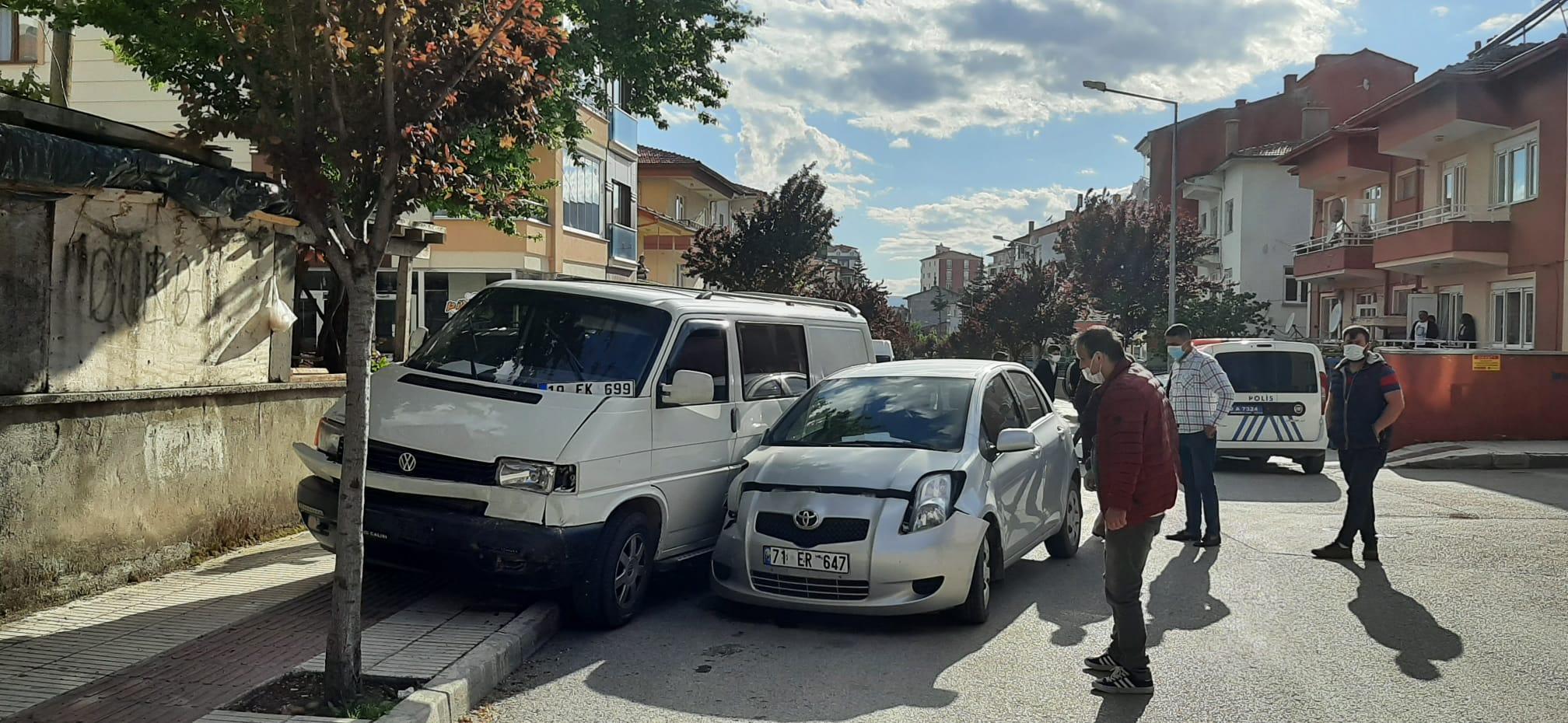Otomobil İle Minibüs Çarpıştı