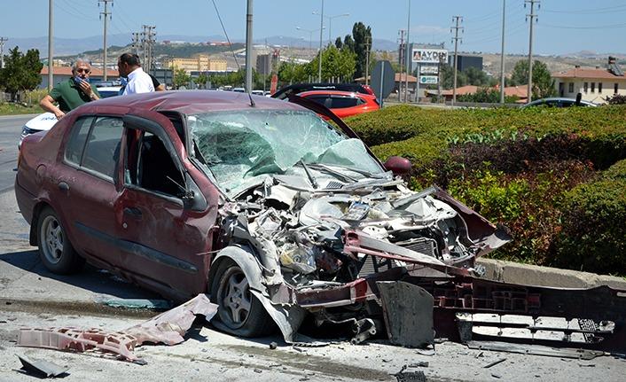 Otomobil TIR'a Arkadan Çarptı : 1 Yaralı