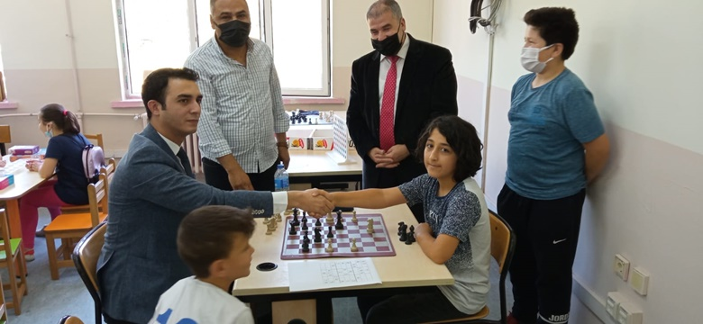 Dodurga Kaymakamı Ayaz, Öğrencilerle Satranç Oynadı