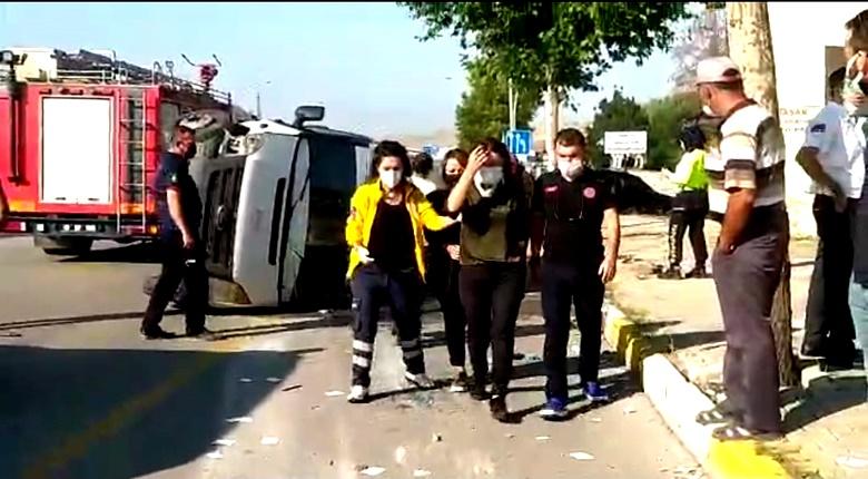 Servis Minibüsü İle Otomobil Çarpıştı: 9 Yaralı