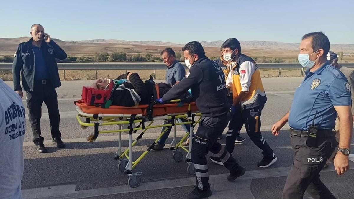 Otomobil ile Traktör Çarpıştı : 3 Yaralı