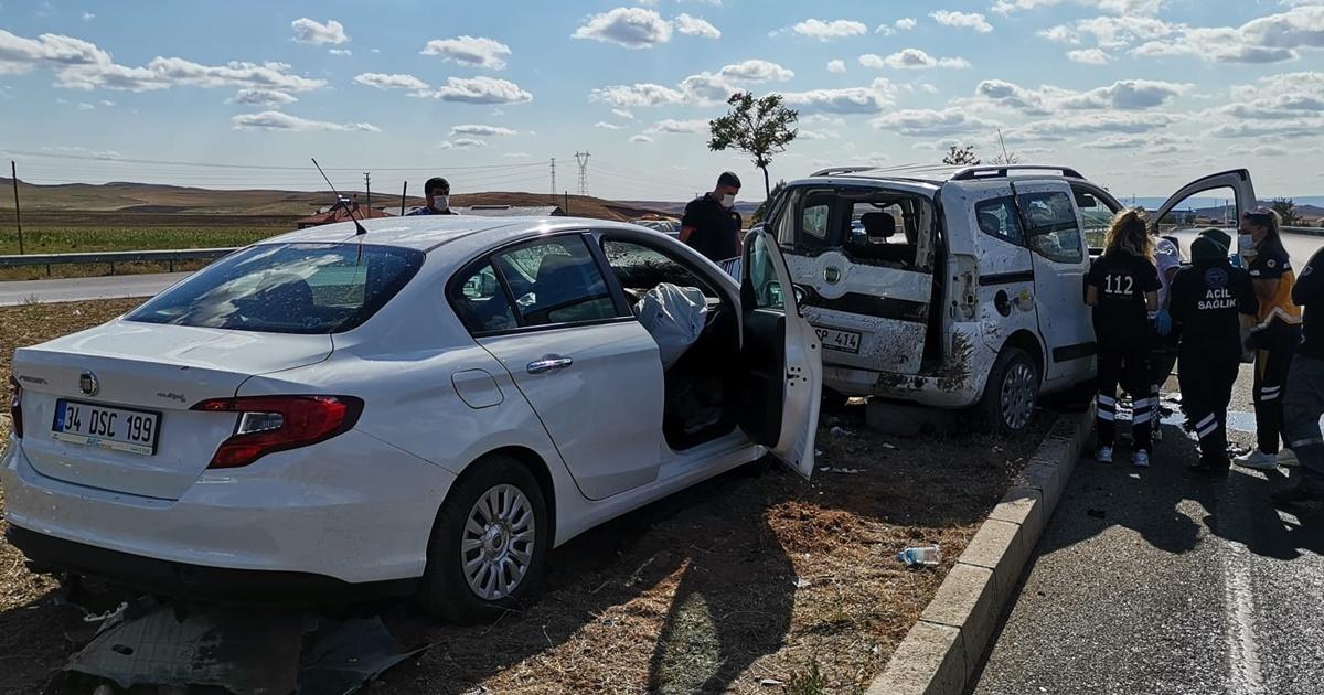 Ticari Araç Otomobil Çarpıştı: 1 Ölü, 2 Yaralı