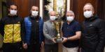 Veteranlar Kupayı Başkan Aşgın'a Hediye Etti