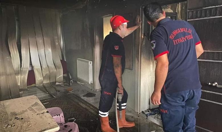 Çıkan Yangında Ev Tamamen Yandı